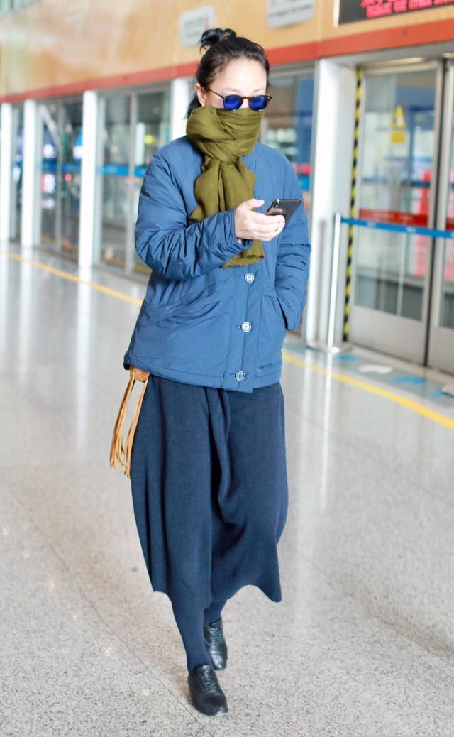 周迅机场总算不穿阔腿裤,穿条长裙还配双长筒袜,也太个性了