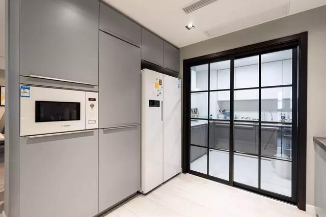 135平的北欧风简洁自然中西式厨房相结合是一大亮点!