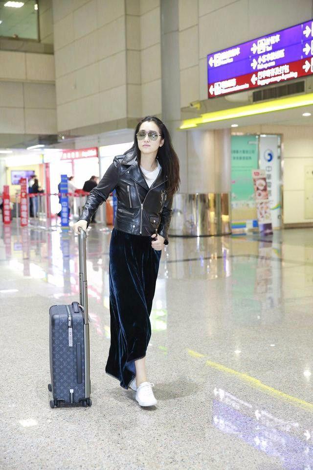 巩俐帅气皮衣抵达台湾,裙子真的很显瘦!