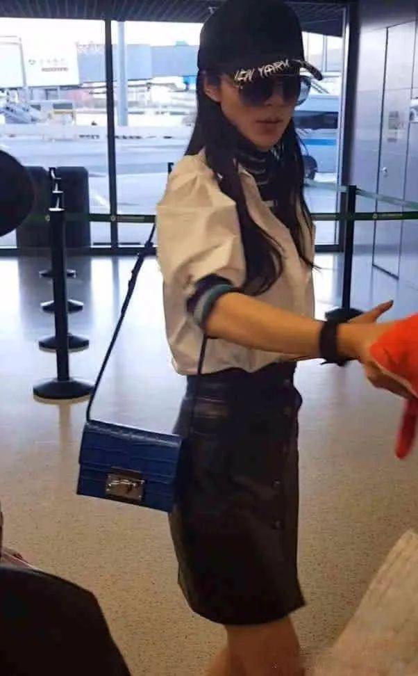 韩雪皮裙现身机场,网友:素颜出镜,风采依旧!