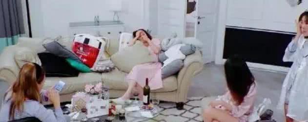 颖儿睡衣风格时尚,谢娜追求保暖 网友:果然是结婚年头问题啊