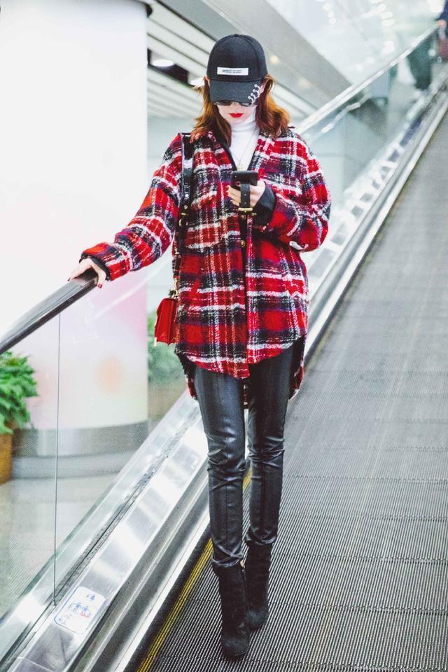 戚薇黑色卫衣搭配银色短裙,减龄又时髦,1米8大长腿实力抢镜!
