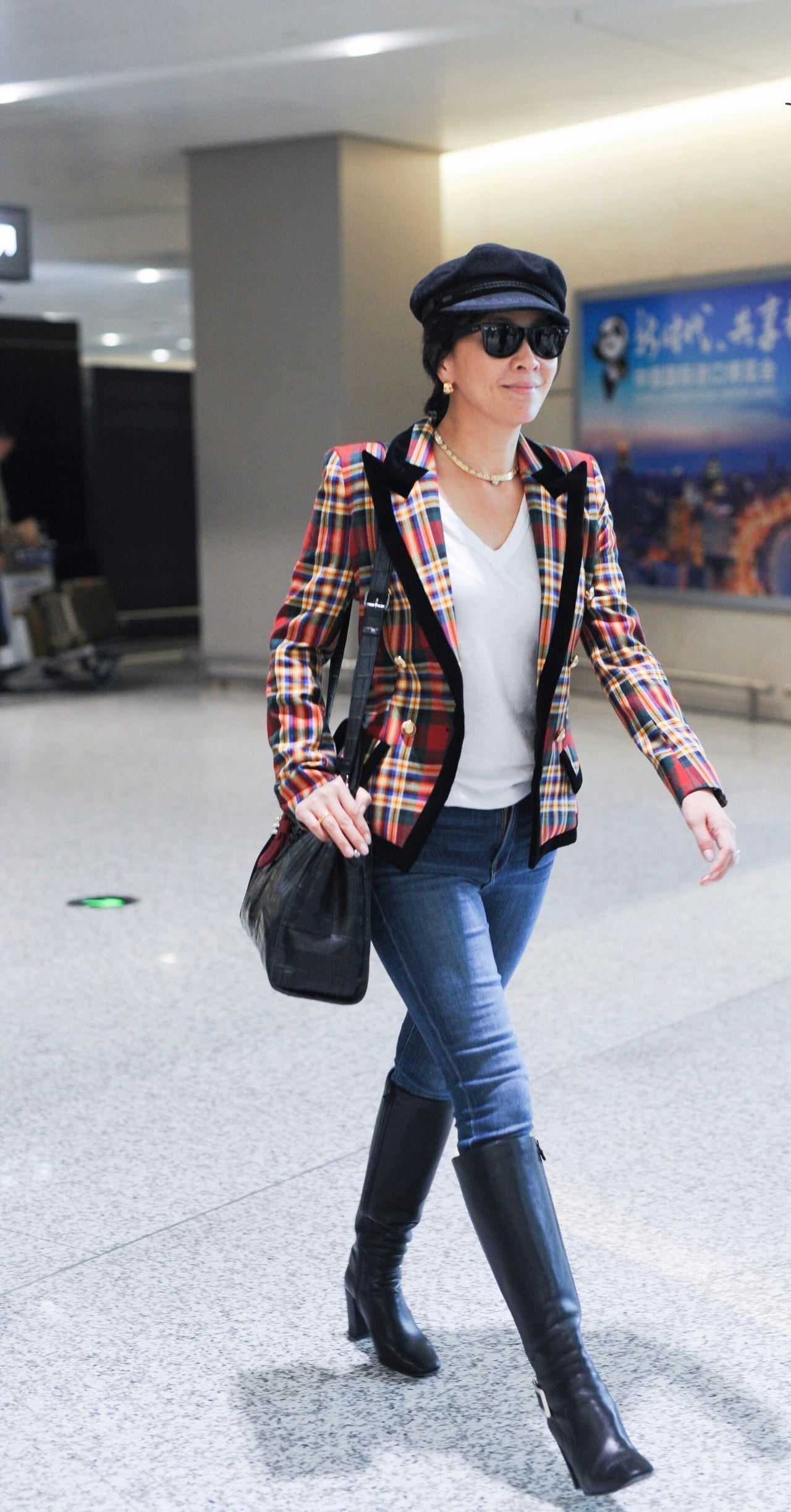 刘嘉玲还能穿这么紧的裤子,23岁的身材,53岁的脸?
