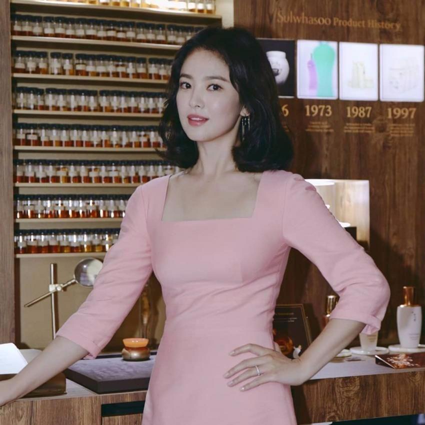 宋慧乔不得了,粉色裙配短发美得高级,网友:防腐剂吃多了吧
