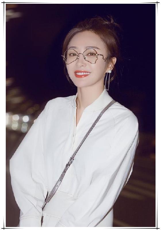 当37岁秦岚和41岁袁泉同穿衬衫裙,终于见识到气质好有多重要了!