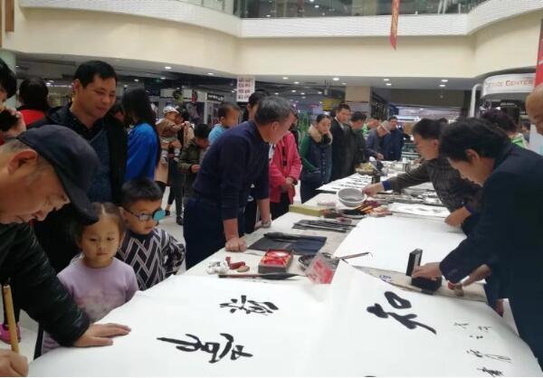 莒县小草志愿者协会携手爱心书画家为小程菲慈善义卖活动在蓝湾购物广场举行
