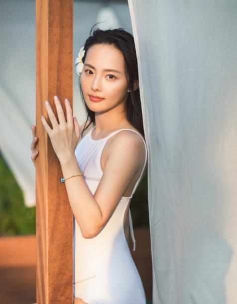立冬時節,王俊凱吃紅薯,關曉彤來賣萌,而她卻曬出一組泳裝美照