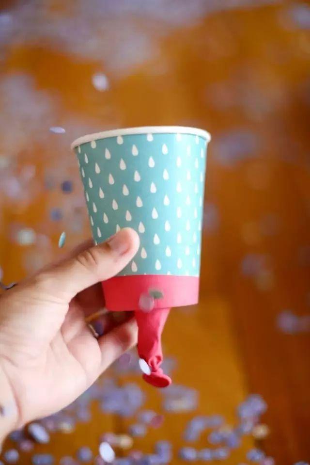 美食 正文  制作步骤:给纸杯涂上孩子喜欢的几种颜色,并如图剪出其中