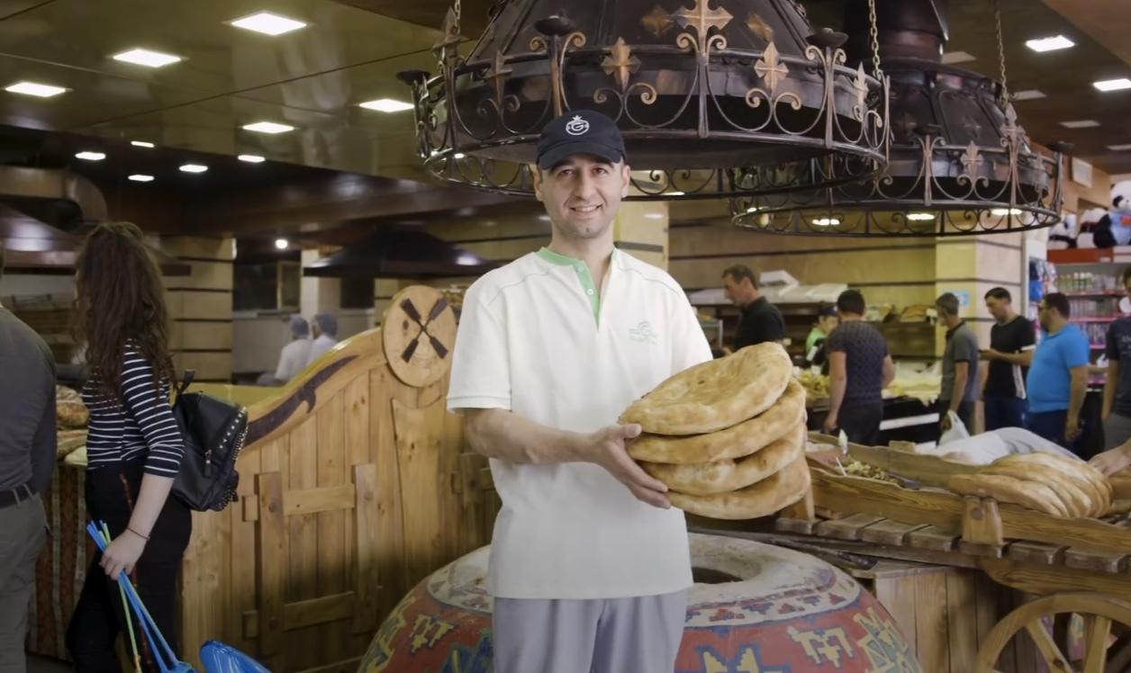 格鲁吉亚面包师竟是一项高危职业?要钻进400多度的烤炉,还要节食