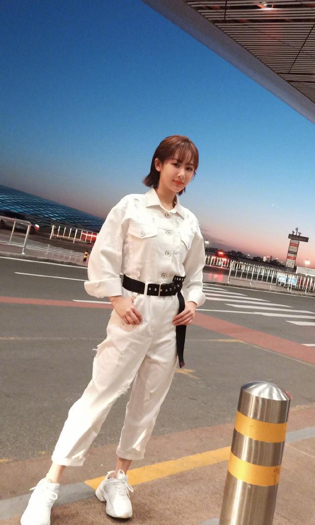 杨紫身穿白色连体裤又白又嫩,如18岁少女一般,美的差点认不出