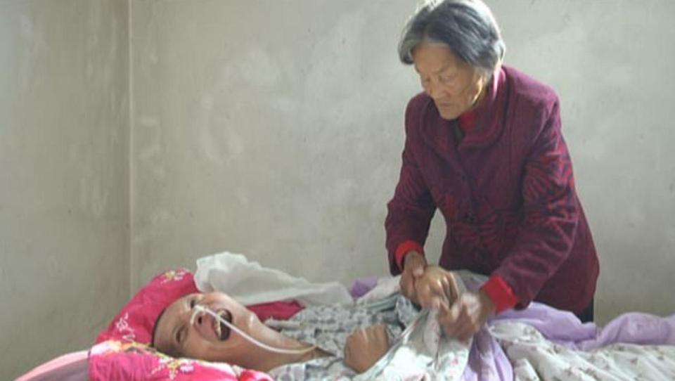 75歲母親照顧昏迷12年的兒子,兒子蘇醒后母親淚流滿面