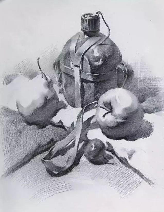 【1】:构图,上紧下松关系 用铅笔轻轻勾勒出静物的明暗交界线 黑白灰