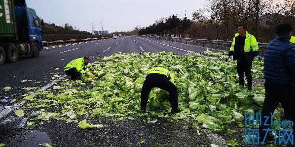 满载着大白菜的货车突然爆胎 交警在高速上合力搬白菜