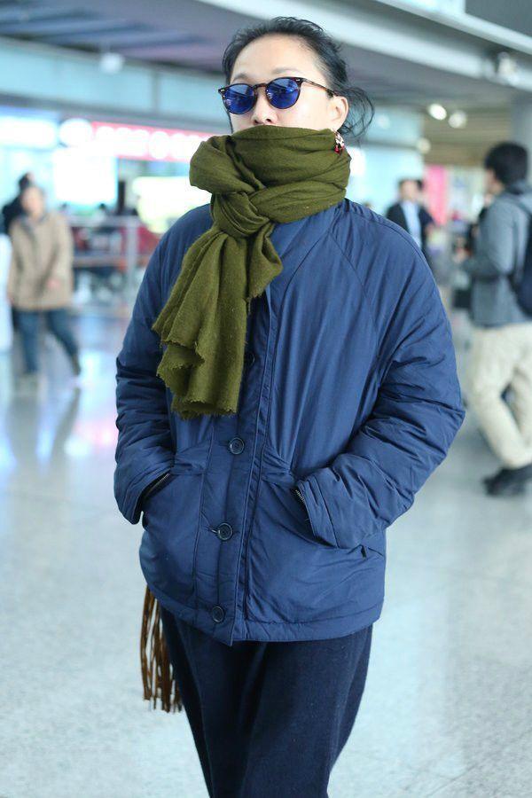 周迅机场土到家了,绿围巾配蓝棉袄,我姥姥都嫌弃丑!