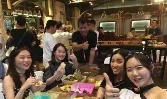 """中国游客在泰国吃自助,满餐厅只挑一种食材吃,老板一脸""""懵逼"""""""