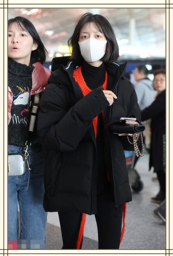 李溪苪心真大!又素颜走机场?网友:不化妆双眼无神还不如路人呢