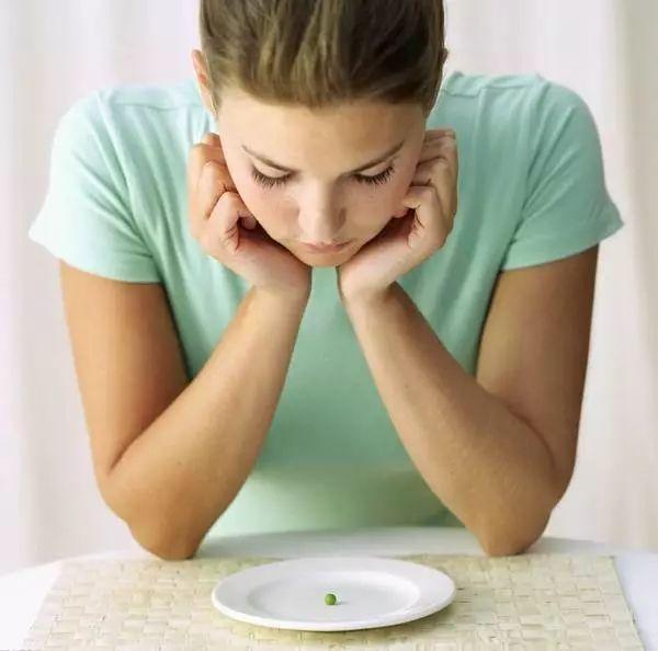 拒绝病态美!短期节食减肥的9大危害