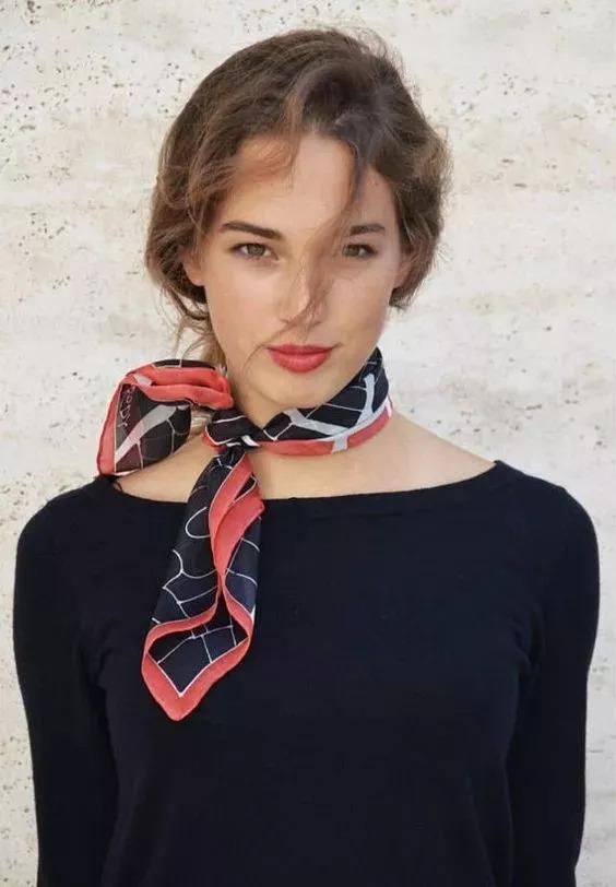 的小丝巾来加持,简约大气,点缀得恰到好处,整体搭配看起来更干练
