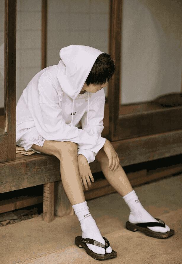 王俊凯日系照够鲜了, 看到蔡徐坤的烟熏妆, 他才是19岁的模样