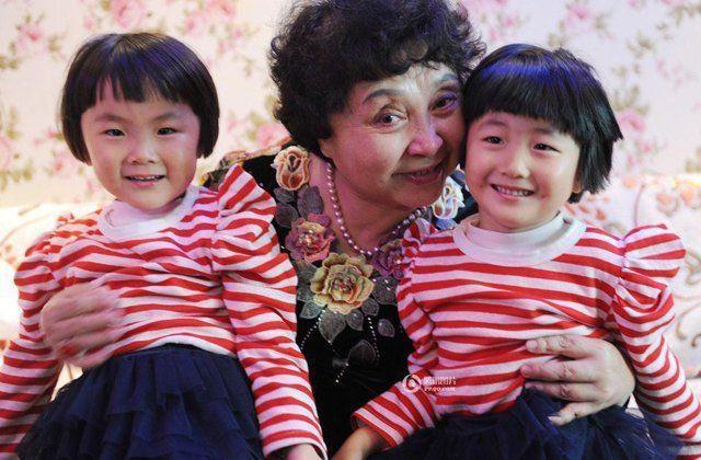 60岁冒险生下双胞胎,8年过后却后悔,曾经的幸福已被现实打败!