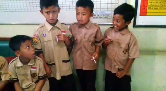 印尼一群8岁小孩被发现吸烟,校长的惩罚居然是让他们继续吸烟