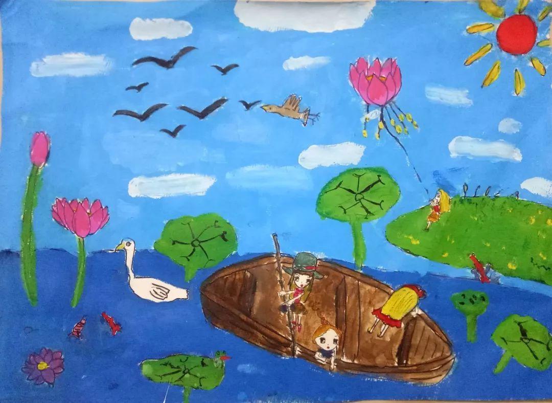 她的背景是用色粉笔涂出的池塘的颜色,荷叶是圆圆的,用水粉笔轻轻的打