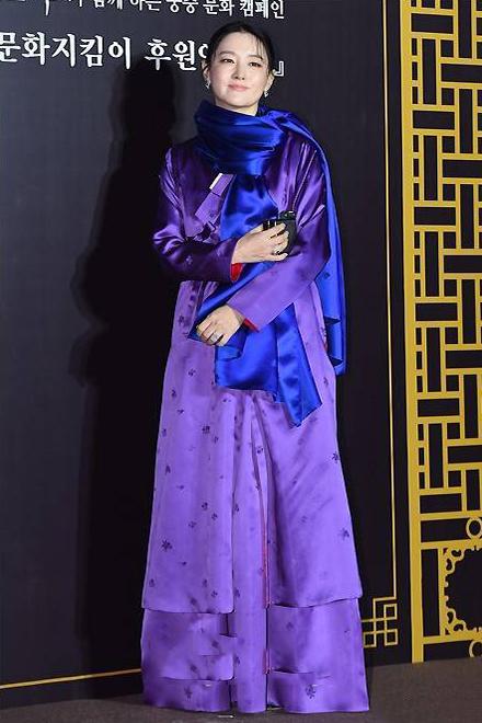 47岁 大长今 现身,紫色长袍配蓝色围巾美得优雅,还撞脸林青霞图片