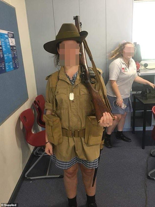 澳洲一學校工作人員帶槍械進入課堂,還讓學生打扮成納粹