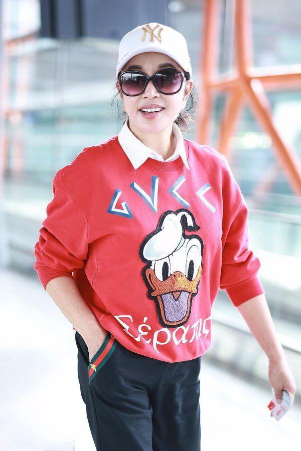 刘晓庆颜值逆天,红色卡通衣现身机场,网友:哪里像63岁?