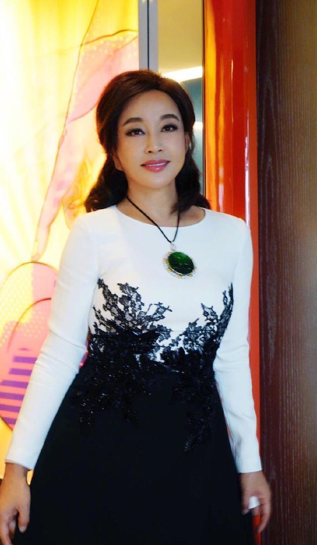 63歲劉曉慶太驚艷了,天藍色襯衫搭配小腳褲,美得像個20歲少女