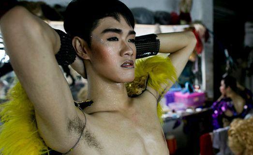 人妖紧身衣束缚做爱_实拍泰国人妖的诞生,光艳的背后,满满的都是心酸
