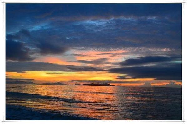 但是多云的日出可以享受到另一番景象,太阳出来前,淡淡的阳光在云朵中