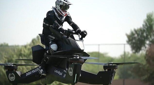 迪拜警方開始培訓人員如何駕駛11萬英鎊的飛行摩托車