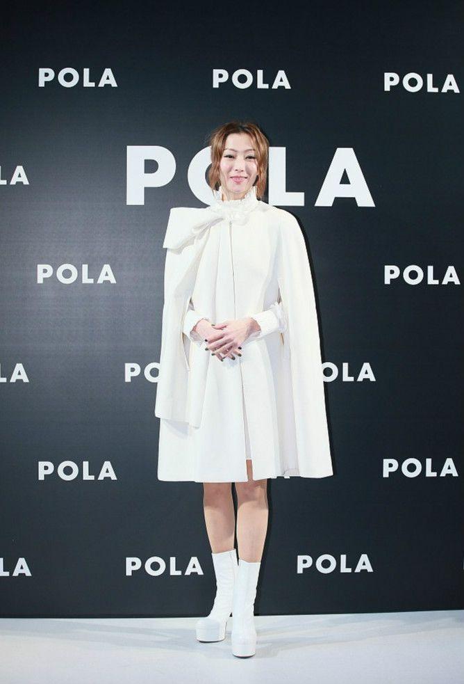 46岁郑秀文白裙现身,再加上一双白短靴,女神范爆棚!