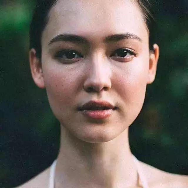 成为香奈儿御用模特,亚洲第一个「巴黎欧莱雅」模范大使,这个96年的