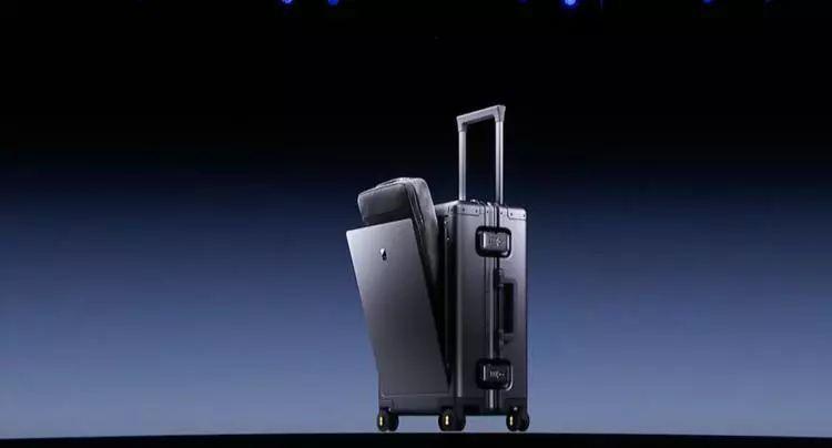 行李箱整合了可伸缩的 20000mah 的充电宝以及一米长抽拉式三合一充电图片