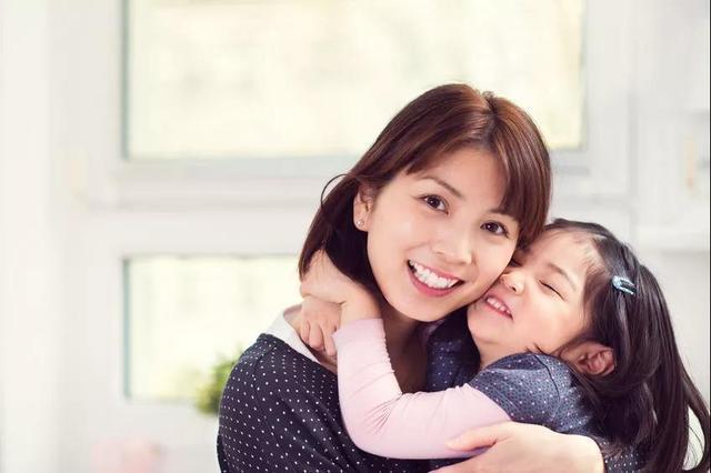 妈妈拥抱宝宝的简笔画_孩子在妈妈那里得到的,就应该是港湾,安慰,以及最好的拥抱.