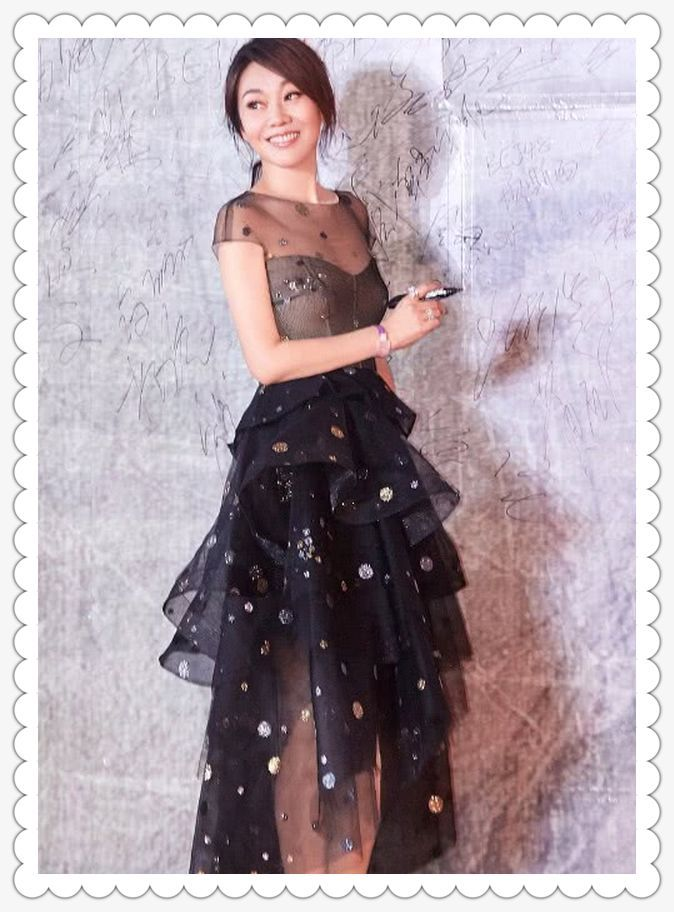当闫妮和蒋勤勤同穿黑色薄纱裙,简直是少女的翻版,时尚帅气!