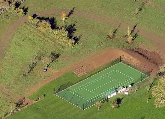 辣妹盼儿子成网球小贝?豪洒3万镑在家建专属球场