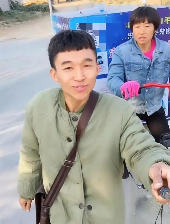 30年前女子被拐 儿子长大后骑三轮车辗转千里带她寻亲