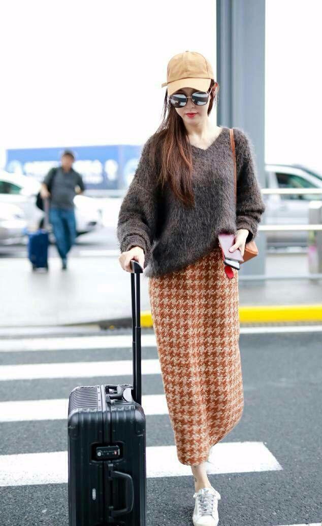 唐嫣婚后现身机场,网友:裙子这样搭配,超有女人味!