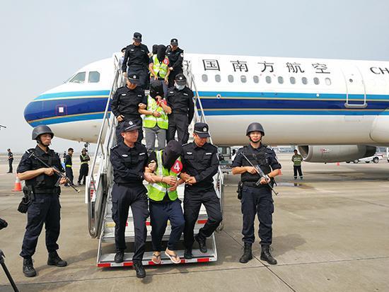 36名电信诈骗嫌犯被押解回国 此前在菲律宾被中菲警方联手抓获