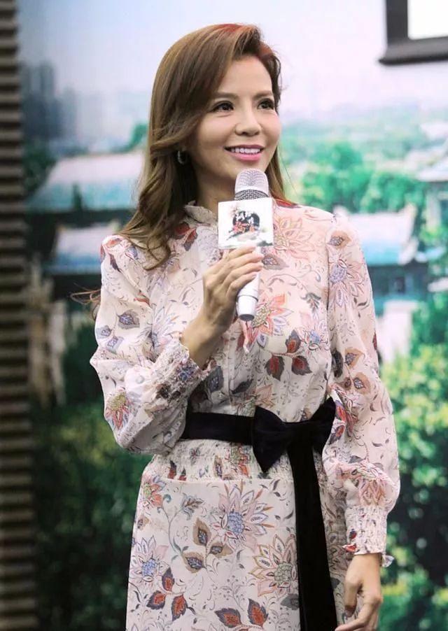 45岁央视主持人朱迅真会装嫩,一条碎花裙硬是美成了30岁!