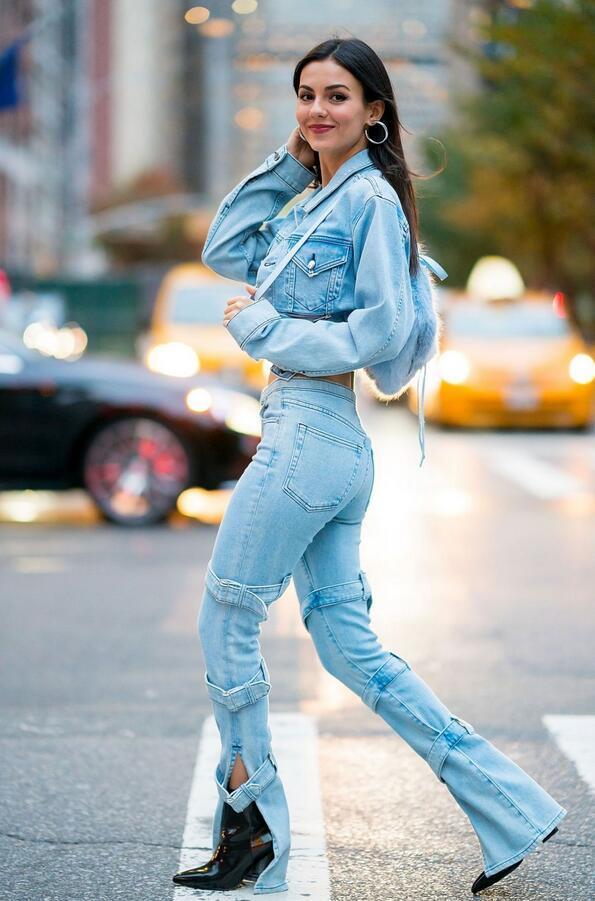 装配牛仔裤_超模贾斯蒂斯娇艳现身纽约街头,她微笑很有魅力