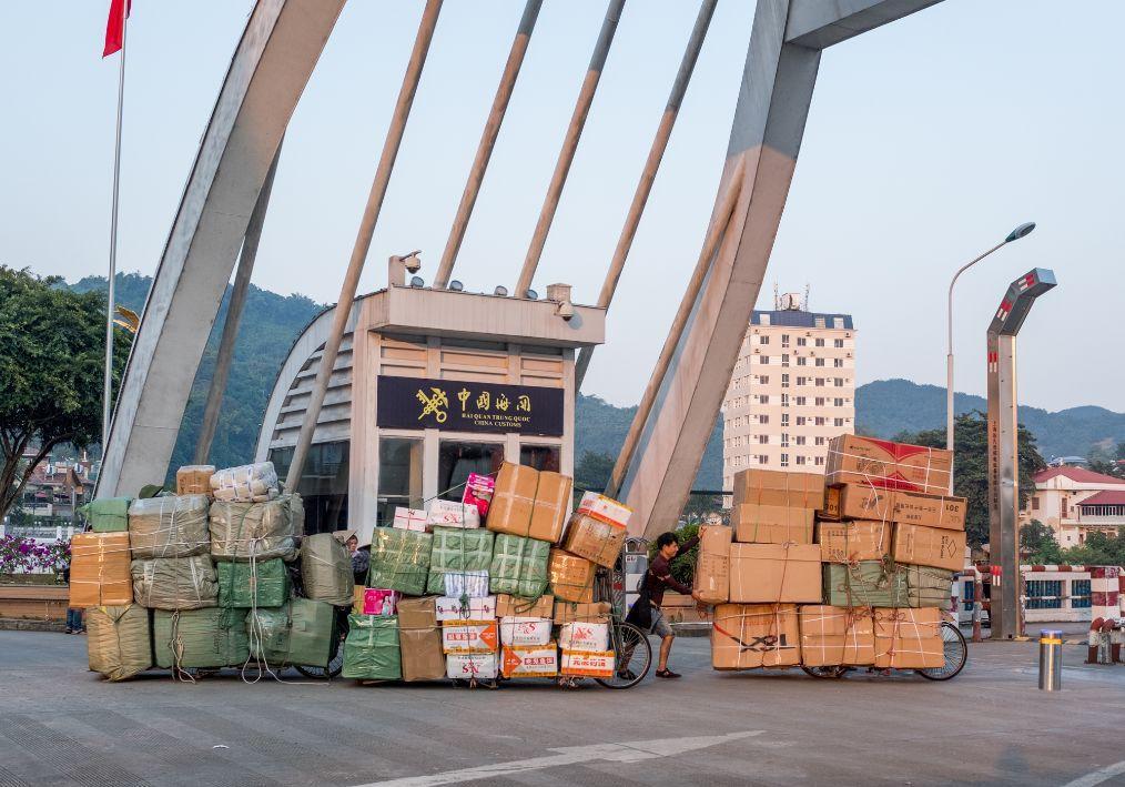实拍越南人推改装自行车来中国拉货,一辆自行车一次能拉一吨多