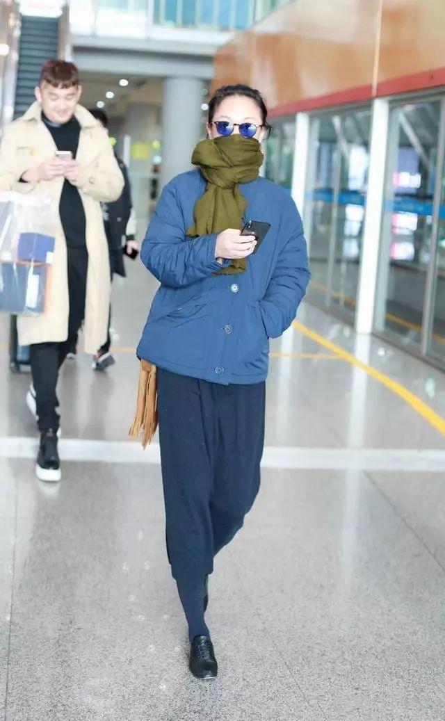 周迅冬季背包的方式真奇葩,藏衣服里面,网友:小偷都懵了!