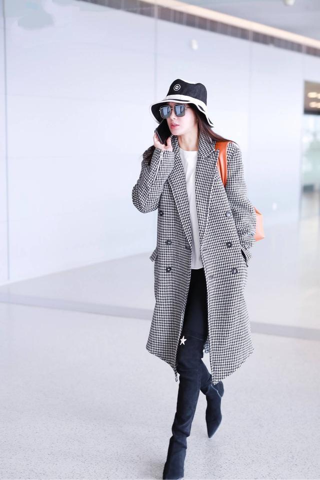 秦岚总算换冬衣,大衣穿完驼色换格纹,这次换双高筒靴气场开挂