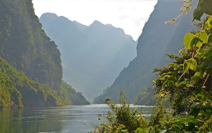 莫向山景区风光是红水河两岸最美的风光之一.