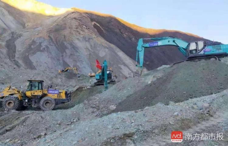 多台挖掘机通过水路陆路抵达金沙江堰塞湖!专业抢险队
