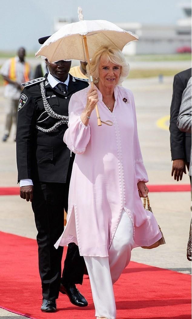 被卡米拉惊艳到了,七旬老太有颗少女心,穿淡粉色和天蓝色裙装!